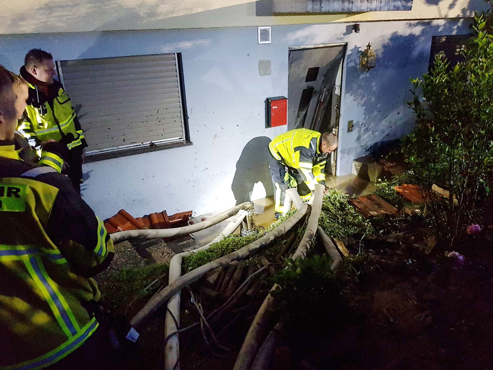 Feuerwehreinsatz bei einem vollgelaufenen Keller