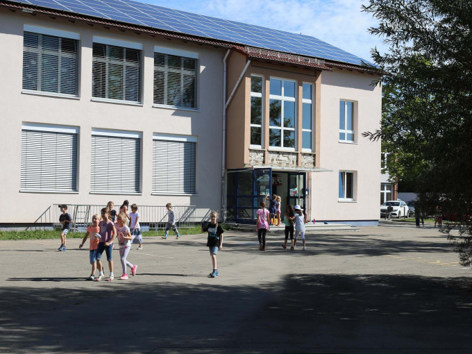 Spielende Kinder vor dem Altbau der Gemeinschaftsschule